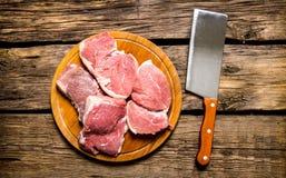 Stukken van ruw vlees met mes op scherpe Raad Stock Foto