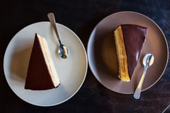 Stukken van soufflécake op witte plaat stock afbeelding