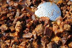 Stukken van varkensvlees dat in reuzel wordt gebraden Stock Foto's