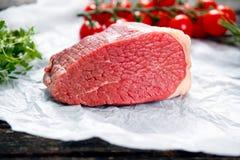 Stukken van vers die vlees, rundvleesplak, met greens en groenten wordt verfraaid Royalty-vrije Stock Foto's