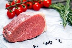 Stukken van vers die vlees, rundvleesplak, met greens en groenten wordt verfraaid Royalty-vrije Stock Afbeeldingen