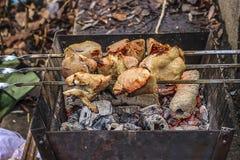 Stukken van vlees op de grill Stock Afbeeldingen