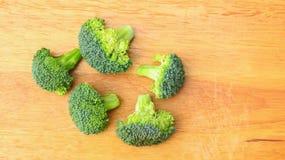 Stukken verse broccolies op hakbord royalty-vrije stock foto's