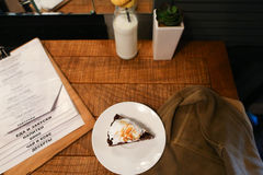 Stukpastei, menu, glasfles melk, installatie in vaas en moeras D Stock Foto's