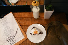 Stukpastei, menu, glasfles melk, installatie in vaas en moeras D Royalty-vrije Stock Foto's