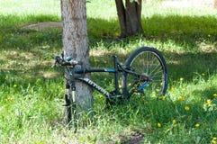 Stulen hjul och plats på den låsta cykeln royaltyfri bild