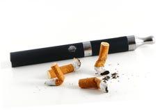 Stumpar och elektrisk cigarett som isoleras på den vita backgroen Arkivbild