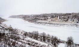 Stumpfe Landschaft des Winters mit der gefrorenen Wolga in Staritsa-Stadt Lizenzfreie Stockfotografie