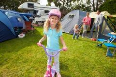 Stund för flickaridningsparkcykel på campa ferie för familj royaltyfria foton