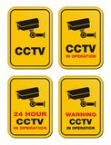 24 Stunde CCTV in Kraft - gelbe Zeichen Lizenzfreie Stockfotos