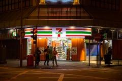 24 Stunden des Mini-Markts 7-11 oder 7-Eleven die ganze Nacht öffnend Lizenzfreies Stockbild