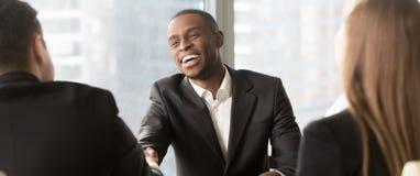 Stunden-Managerhändeschütteln, das schwarze Kandidatur mit erfolgreichem Vorstellungsgespräch beglückwünscht lizenzfreies stockfoto