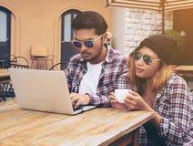 Stundents fonctionnant en café Photos libres de droits