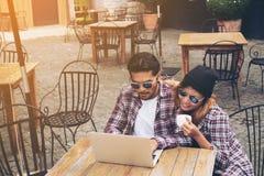 Stundents fonctionnant en café Images libres de droits