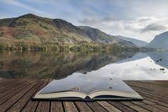 Stuning Autumn Fall landskapbild av sjön Buttermere i sjö D arkivfoton