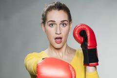 Stunned женщина 20s завещая к защищать против агрессивности Стоковые Фото