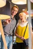 Stunner mężczyzna trzydzieści pokazuje lampa starszy powabny ukochany obrazy royalty free