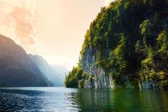 Stunning głęboko - zieleń nawadnia Konigssee, zna jako Niemcy ` s głęboki i czysty jezioro, lokalizować w krańcowym południowo-ws Obraz Royalty Free