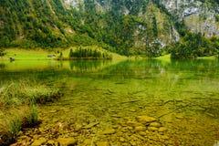 Stunning głęboko - zieleń nawadnia Konigssee, zna jako Niemcy ` s głęboki i czysty jezioro, lokalizować w krańcowym południowo-ws Zdjęcie Stock