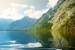 Stunning głęboko - zieleń nawadnia Konigssee, zna jako Niemcy ` s głęboki i czysty jezioro, lokalizować w krańcowym południowo-ws Zdjęcia Stock