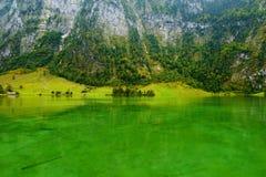 Stunning głęboko - zieleń nawadnia Konigssee, zna jako Niemcy ` s głęboki i czysty jezioro, lokalizować w krańcowym południowo-ws Obraz Stock