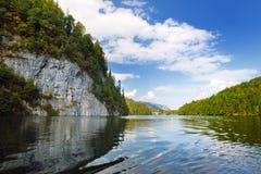 Stunning głęboko - zieleń nawadnia Konigssee, zna jako Niemcy ` s głęboki i czysty jezioro, lokalizować w krańcowym południowo-ws Obrazy Stock