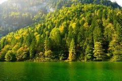 Stunning głęboko - zieleń nawadnia Konigssee, zna jako Niemcy ` s głęboki i czysty jezioro, lokalizować w krańcowym południowo-ws Obrazy Royalty Free