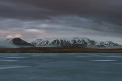 Stunning Iceland krajobrazu fotografia obozować przy zamarzniętym jeziorem Markotne chmury przychodzą podczas gdy słońce właśnie  Zdjęcie Stock
