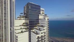 Stunning 4k trutnia seascape panoramy powietrzny widok na wysokiej luksusowej drapacza chmur wybrzeża linii wyrzucać na brzeg Mia zbiory wideo