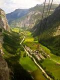 Stunning Lauterbrunnen dolinny wiejski widok, ptasiego oka widok od wagonu kolei linowej od Stechelberg Murren stacja, Lauterbrun Fotografia Stock