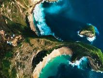 Stunning, odosabniająca plaża otaczająca górami widok od wierzchołka zdjęcia royalty free