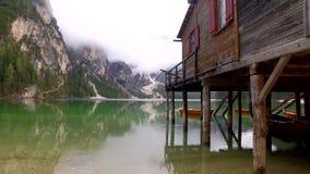 Stunning Pragser Wildsee See und nebelhafte Berge in den Alpen, Italien stock footage