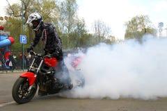 Stunting piloto do estilo livre de Moto no quadrado Imagem de Stock Royalty Free