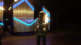 Stuntman i branden på nattbrandshowen stock video