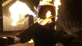 Stuntman i brandkörningar till kameran lager videofilmer