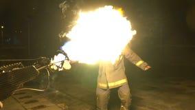Stuntman i flammor går till grabben med eldkastaresorten från den första personen lager videofilmer