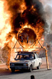 Stuntman Igor Zverev, das durch Gefäß des Feuers springt Lizenzfreie Stockfotos