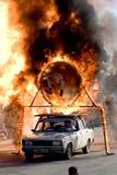 Stuntman Igor Zverev que salta através da câmara de ar do incêndio Fotos de Stock Royalty Free