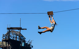 Stuntman landar med kabel arkivfoton