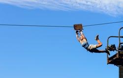 Stuntman landet mit Kabel Lizenzfreie Stockfotografie