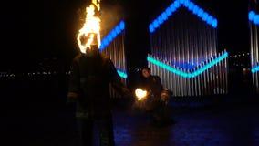 Stuntman med ett brinnande huvud på brandshowen stock video