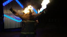 Stuntman med ett brinnande huvud som vinkar hans armar lager videofilmer