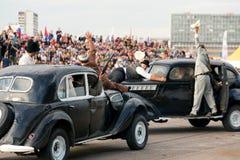 Stuntman visar en gunfight på gamla bilar Arkivfoto