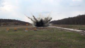 Stuntmeisje in een vurige explosie stock footage