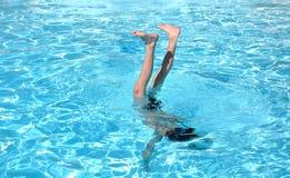 Stunts in een pool Stock Fotografie