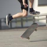 Stunts op een skateboard in de straat zonnige dag Royalty-vrije Stock Afbeelding