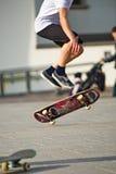 Stunts op een skateboard in de straat zonnige dag Royalty-vrije Stock Fotografie
