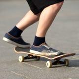 Stunts op een skateboard in de straat zonnige dag Stock Foto