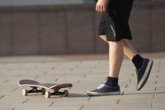 Stunts op een skateboard in de straat zonnige dag Stock Fotografie