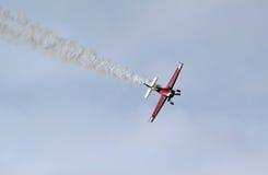 Stuntvliegtuig die met rooksleep duiken Stock Afbeelding